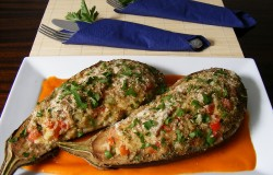 faszerowane-baklazany-z-sosem-paprykowym