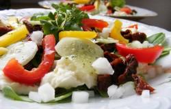 salatka-na-szpinaku-z-mozzarella-i-suszonymi-pomidorami